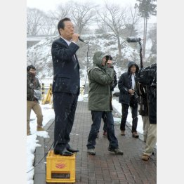 コート&手袋なしで演説した小沢氏/(C)日刊ゲンダイ