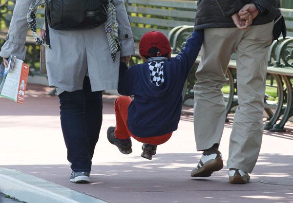 子育て世代の支援拡充(写真はイメージ)/(C)日刊ゲンダイ