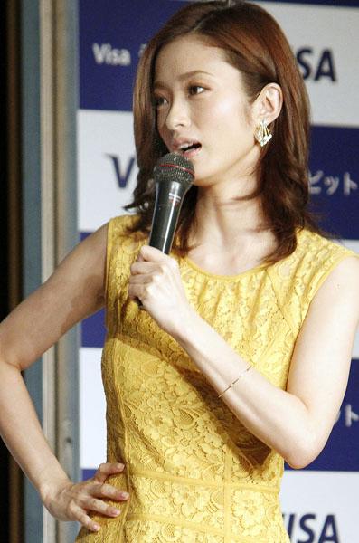 「ぜひ!」とお願いした上戸彩/(C)日刊ゲンダイ