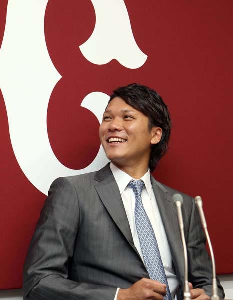 2億2000万円で更改し会見で笑顔を見せる坂本/(C)日刊ゲンダイ