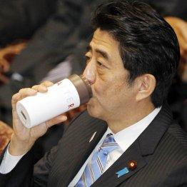 しばしば体調が懸念される安倍首相/(C)日刊ゲンダイ