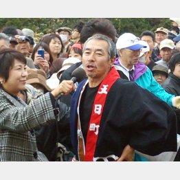 14年11月、秋田市内で開催された「国民文化祭」に出演後、地元メディアのインタビューに答える柳葉/(C)日刊ゲンダイ