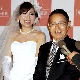 結婚当時の綾菜夫人は23歳/(C)日刊ゲンダイ