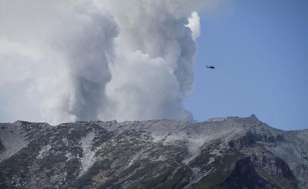 御嶽山は今も噴煙を上げている/(C)AP