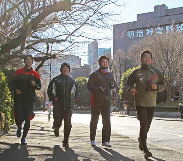 自主トレを公開した成瀬(右から2人目)/(C)日刊ゲンダイ