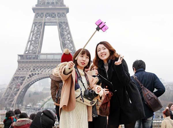 仏パリは人気の旅行先だったが…/(C)AP