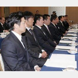 原監督らとスタッフ会議に臨んだ高橋由/(C)日刊ゲンダイ