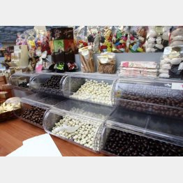 義理チョコの平均予算は1人1267円/(C)日刊ゲンダイ