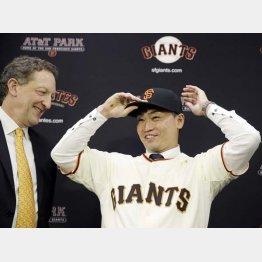 ジャイアンツの帽子をかぶり笑顔を見せる青木/(C)AP