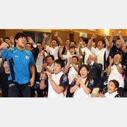 東京五輪実施競技の残り一枠にレスリングが選ばれた時の様子/(C)日刊ゲンダイ