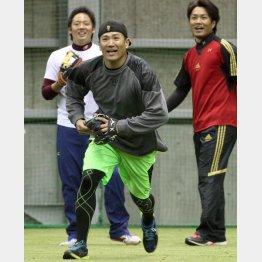 松井裕(左)らとの自主トレを公開/(C)日刊ゲンダイ