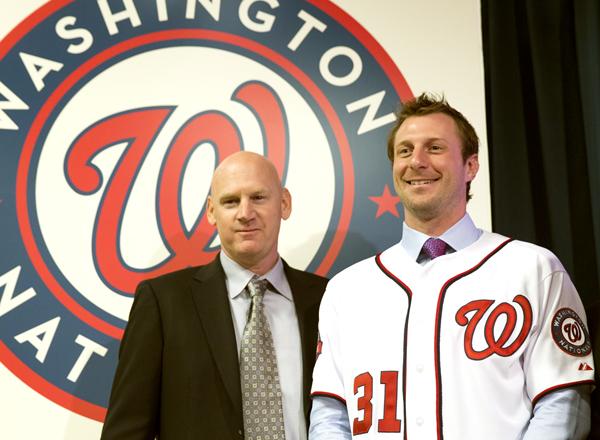 ウィリアムズ監督(左)からエースに指名されたシャーザー/(C)AP