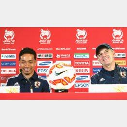 前日会見に挑んだ長友(左)とアギーレ監督 (C)六川則夫/ラ・ストラーダ