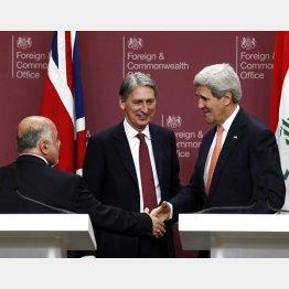 ハモンド英外相を挟み、イラクのアバディ首相と握手を交わすケリー米国務長官/(C)AP