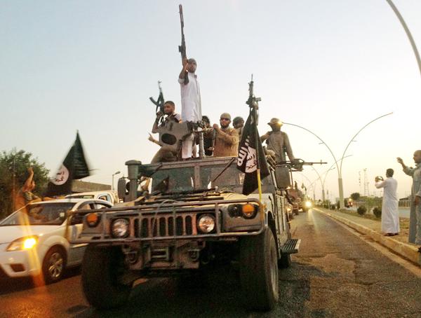 イラクの支配地域でパレードするイスラム国兵士ら/(C)AP