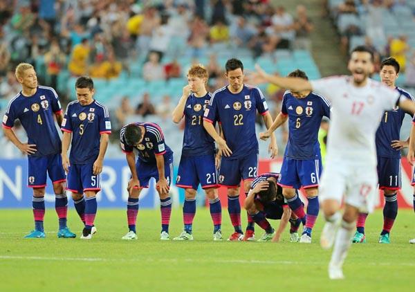 敗退が決まり本田はボー然、香川はしゃがみこんで頭を抱えた (C)六川則夫/ラ・ストラーダ
