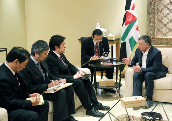 ヨルダン国王と会談する中山外務副大臣/(C)AP