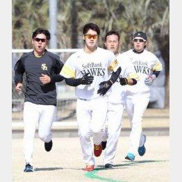 必死に「12分間走」をこなすソフトバンクの選手たち/(C)日刊ゲンダイ