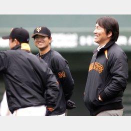 松井(右)と談笑する高橋由伸兼任コーチ/(C)日刊ゲンダイ
