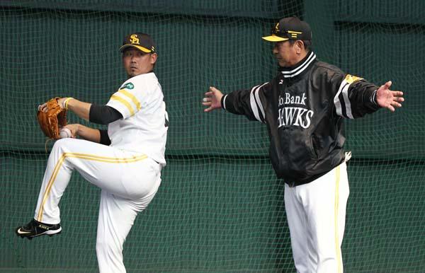 松坂に手取り足取り指導する佐藤投手コーチ (C)日刊ゲンダイ
