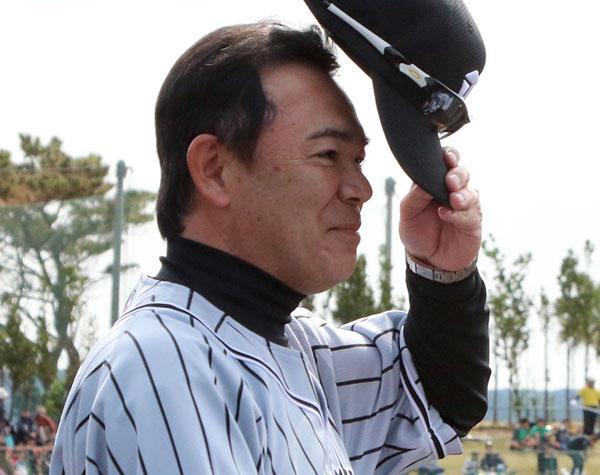 和田監督は頭が痛い?/(C)日刊ゲンダイ