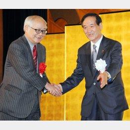 14年3月の政治資金パーティーで久野氏を壇上に迎える西川農相/(C)日刊ゲンダイ