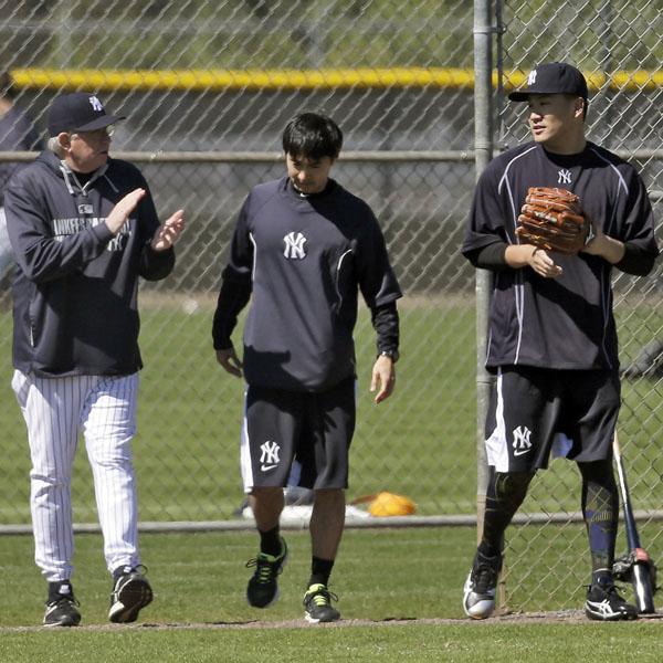 ロスチャイルド投手コーチと話しながらブルペンを後にする田中 (C)AP