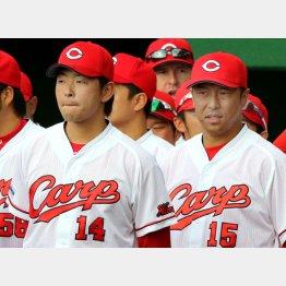 黒田の横で緊張した表情の大瀬良(左)/(C)日刊ゲンダイ