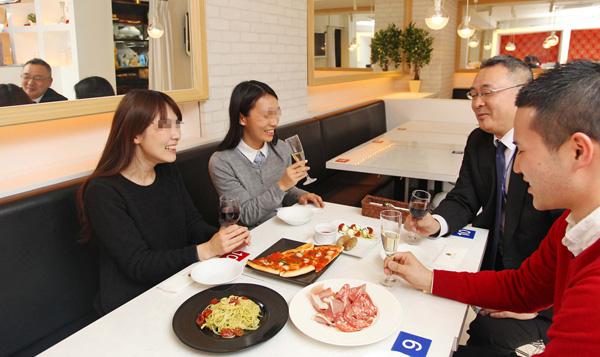 「相席イタリアン」は料理も本格的 (C)日刊ゲンダイ