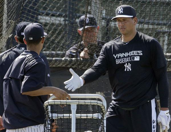 練習中にコーチ、選手と握手をかわすA・ロドリゲス (C)AP