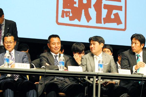 退任する別府監督(左から2人目)/(C)日刊ゲンダイ