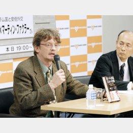 孫崎亨氏(右)との対談本も出版した(C)日刊ゲンダイ