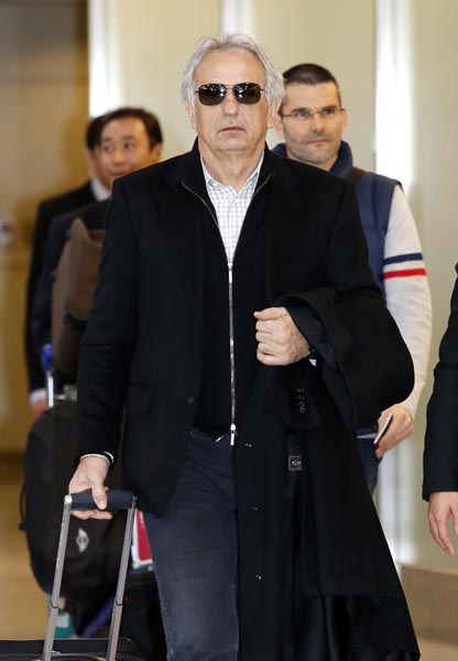 成田空港に到着したハリルホジッチ氏(C)日刊ゲンダイ