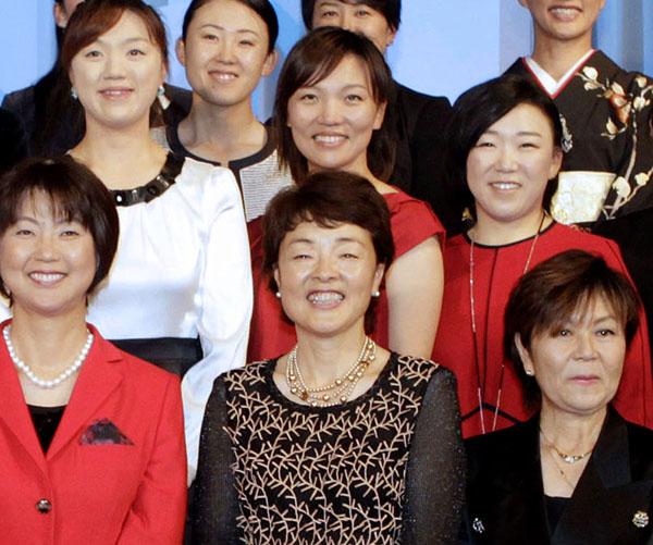 前列中央が伊藤佳子LPGA副会長(C)日刊ゲンダイ