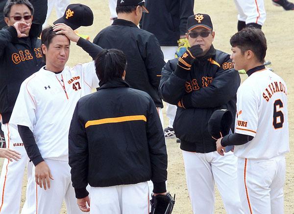 坂本(右)、山口(左)と話し合う原監督(右から2人目)(C)日刊ゲンダイ