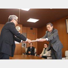内馬場議長(左)に署名を渡す田子専務理事(C)日刊ゲンダイ