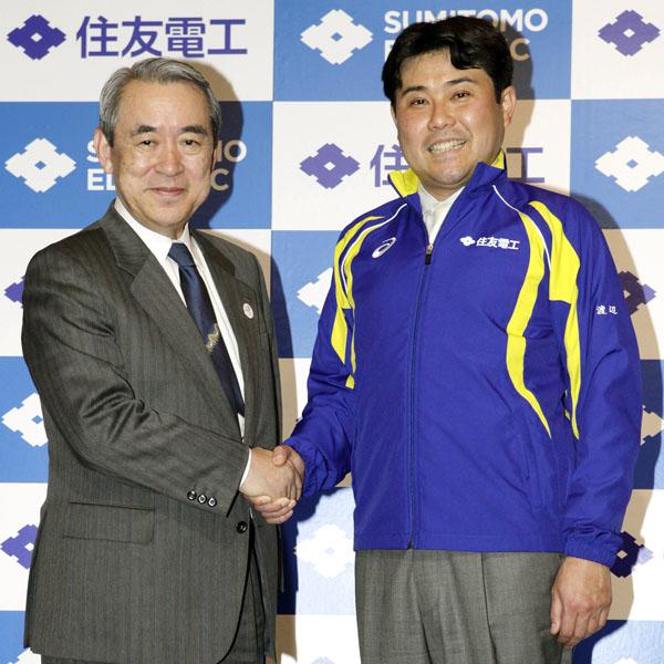 住友電工陸上部監督に就任する渡辺氏と松本社長(左)/(C)日刊ゲンダイ