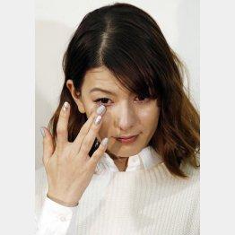 スザンヌは「信じたい」と涙したが…(C)日刊ゲンダイ