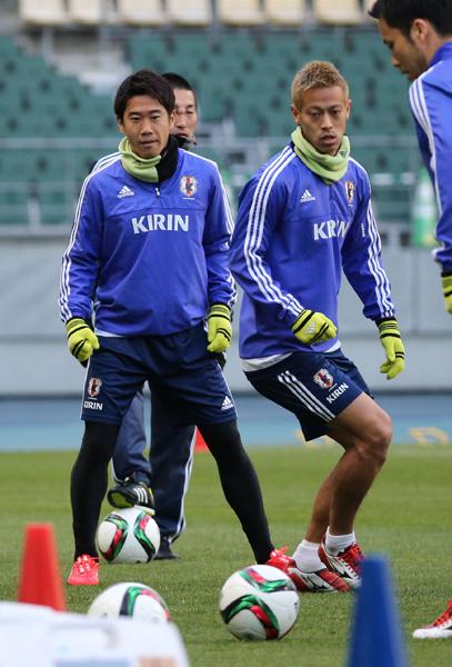 練習後に「トップ下でやれたら」と話した香川(左)(C)日刊ゲンダイ