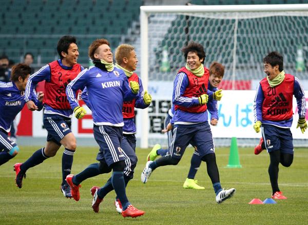 チュニジア戦を前に調整に励む日本代表選手(C)日刊ゲンダイ