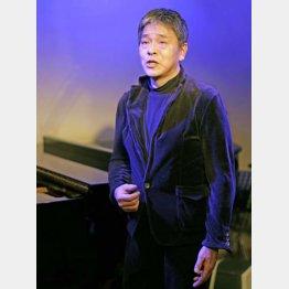 シャンソンを歌う内田喜郎さん