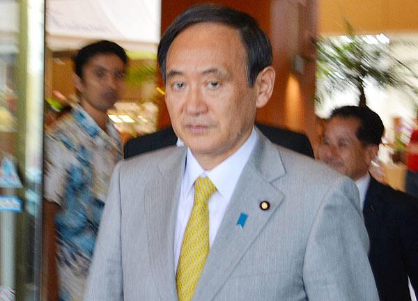 14年の県知事選で沖縄入りした時の菅官房長官(C)日刊ゲンダイ