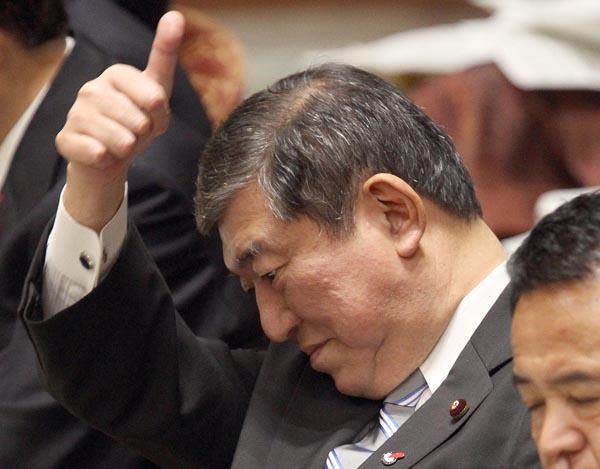 石破大臣のレクサスは約1100万円(C)日刊ゲンダイ