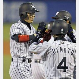 右で先制3ランを打った西岡(C)日刊ゲンダイ