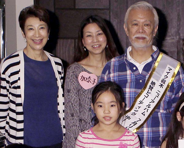 元妻・前田美波里(左)も現妻・加奈子さん(中)も集合/(C)日刊ゲンダイ