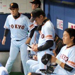 試合後、「全てを糧にしてやるしかない」と話した原監督(左)/(C)日刊ゲンダイ