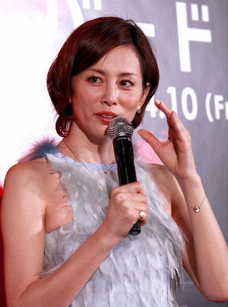 無言で会場を後にした米倉涼子(C)日刊ゲンダイ