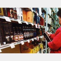 量販店は1円でも安く酒を買いたい庶民の味方(C)日刊ゲンダイ