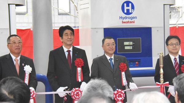 水素ステーション開所式に出席する安倍首相(左2)/(C)日刊ゲンダイ