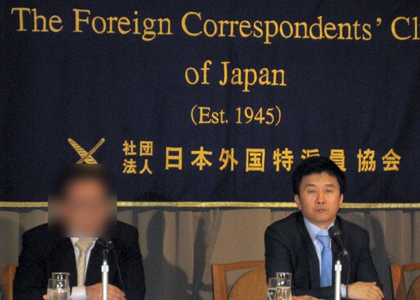 元工作員の金氏(左=開催者の意向でぼかしをかけています)と姜氏/(C)日刊ゲンダイ